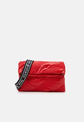 BOLS TAIPEI MIAMI - Across body bag - rojo fresa