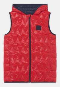 BOSS Kidswear - REVERSIBLE PUFFER SLEEVELESS - Bodywarmer - red - 0
