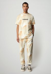 Napapijri - S-AIRBRUSH SS AOP - Print T-shirt - beige camou - 1