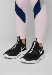Nike Performance - FLEX RUNNER UNISEX - Juoksukenkä/neutraalit - black/white - 0