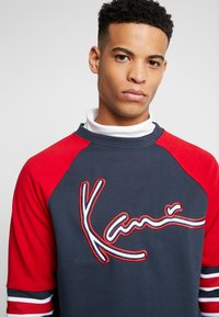 Karl Kani - SIGNATURE BLOCK CREW - Mikina - navy/red/white - 3