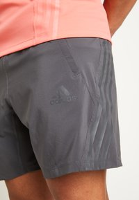 adidas Performance - AEROREADY 3-STRIPES 8-INCH SHORTS - Sportovní kraťasy - grey - 6