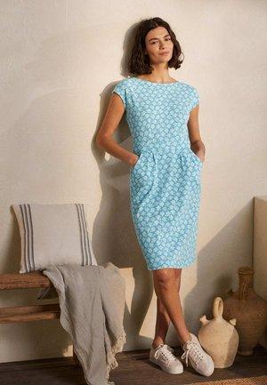 FLORRIE - Jersey dress - morgendämmerungsblau vogelkacheln