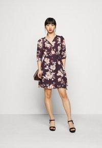 True Violet Petite - WRAP MINI DRESS WITH TIE WAIST - Denní šaty - burgundy - 1