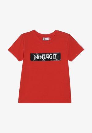 LWTOBIAS - T-shirt z nadrukiem - red