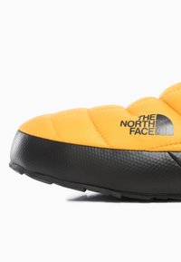 The North Face - M THERMOBALL TRACTION MULE V - Sportschoenen - summit gold/tnf black - 5