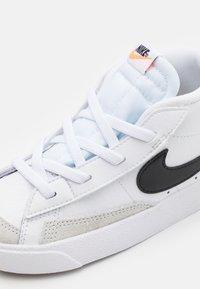 Nike Sportswear - BLAZER MID '77 UNISEX - Zapatillas altas - white/black/total orange - 5