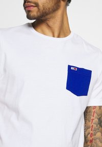 Tommy Jeans - CONTRAST POCKET TEE - T-shirt med print - white - 3