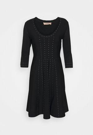 ABITO IN MAGLIA UNITA CON BORCHIE - Jersey dress - nero