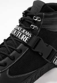 Versace Jeans Couture - FONDO CASSETTA - Sneakersy wysokie - black - 5