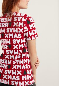 Tezenis - NATALE - Print T-shirt - aufdruck - dark red christmas print - 1