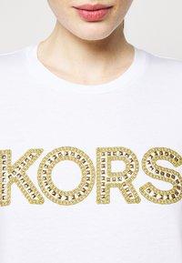MICHAEL Michael Kors - STUDDED CLASSIC TEE - Triko spotiskem - white - 4