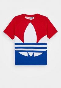 adidas Originals - BIG TREFOIL TEE - Print T-shirt - scarlet/royal blue/white - 0