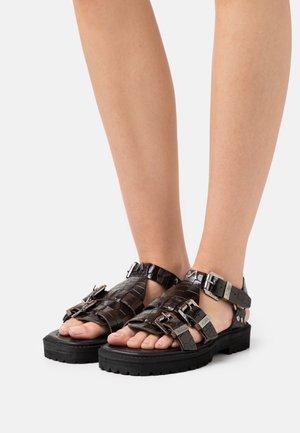 SPECTOR - Sandaalit nilkkaremmillä - mocha