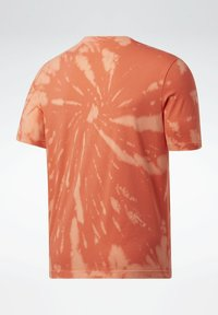 Reebok Classic - CLASSICS TIE-DYE T-SHIRT - Triko spotiskem - orange - 6