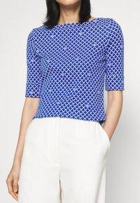 Lauren Ralph Lauren - JUDY ELBOW SLEEVE - Print T-shirt - sapphire star/white - 4