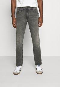 Wrangler - LARSTON - Slim fit jeans - silver smooth - 0