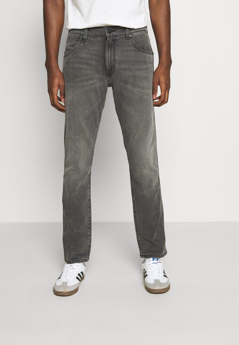 Wrangler - LARSTON - Slim fit jeans - silver smooth