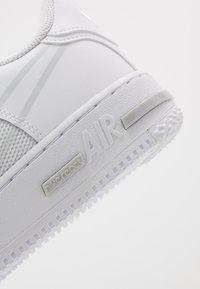 Nike Sportswear - AIR FORCE 1 REACT - Sneakersy niskie - white/pure platinum - 5