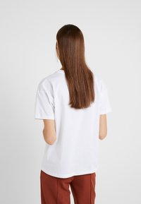 BLANCHE - MAIN LIGHT - T-shirt basique - white