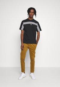 adidas Originals - SPORT COLLECTION SHORT SLEEVE TEE - Camiseta estampada - black/white - 1