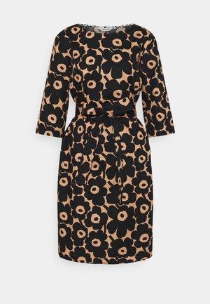 ILMAAN MINI UNIKKO DRESS - Shift dress - brown/black