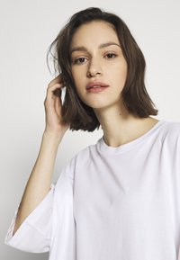 Monki - CISSI TEE  - T-shirts - white light - 4