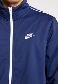Nike Sportswear - SUIT BASIC - Dres - midnight navy/white - 7