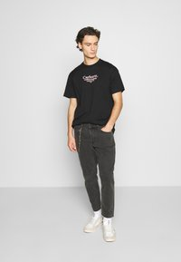 Only & Sons - ONSAVI BEAM WASH WITH CHAIN - Jeans Tapered Fit - black denim - 1