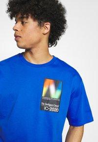 New Balance - T-shirt med print - cobalt - 3