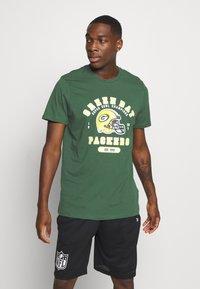 New Era - NFL GREEN BAY PACKERS HELMET AND WORDMARK TEE - Klubové oblečení - green - 2