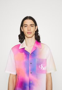 Calvin Klein Jeans - PRIDE OVERSHIRT UNISEX - Shirt - pride marble - 4