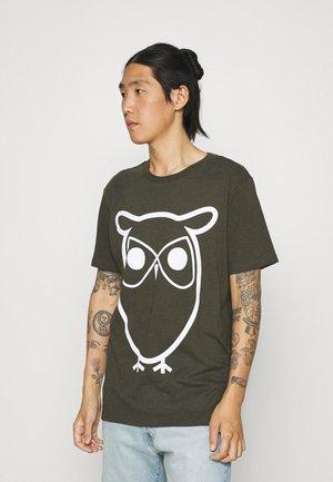 ALDER BASIC OWL TEE  - T-shirt print - green melange
