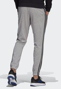 adidas Performance - ESSENTIALS FRENCH TERRY TAPERED 3-STREIFEN HOSE - Pantaloni sportivi - grey - 1