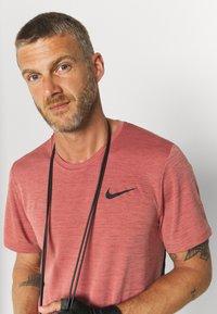 Nike Performance - HYPER DRY - T-shirts print - rust pink heather/black - 3