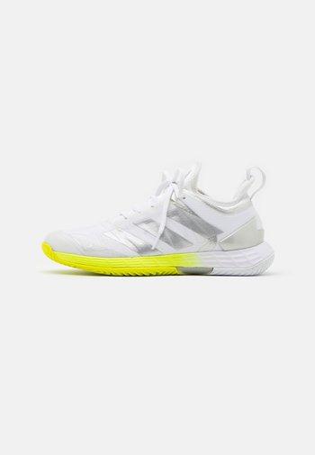 ADIZERO UBERSONIC 4 - Zapatillas de tenis para todas las superficies - footwear white/silver metallic/solar yellow