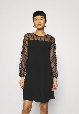 BILLIE LABEL SPOT YOKE SHIFT DRESS - Jerseykjole - black