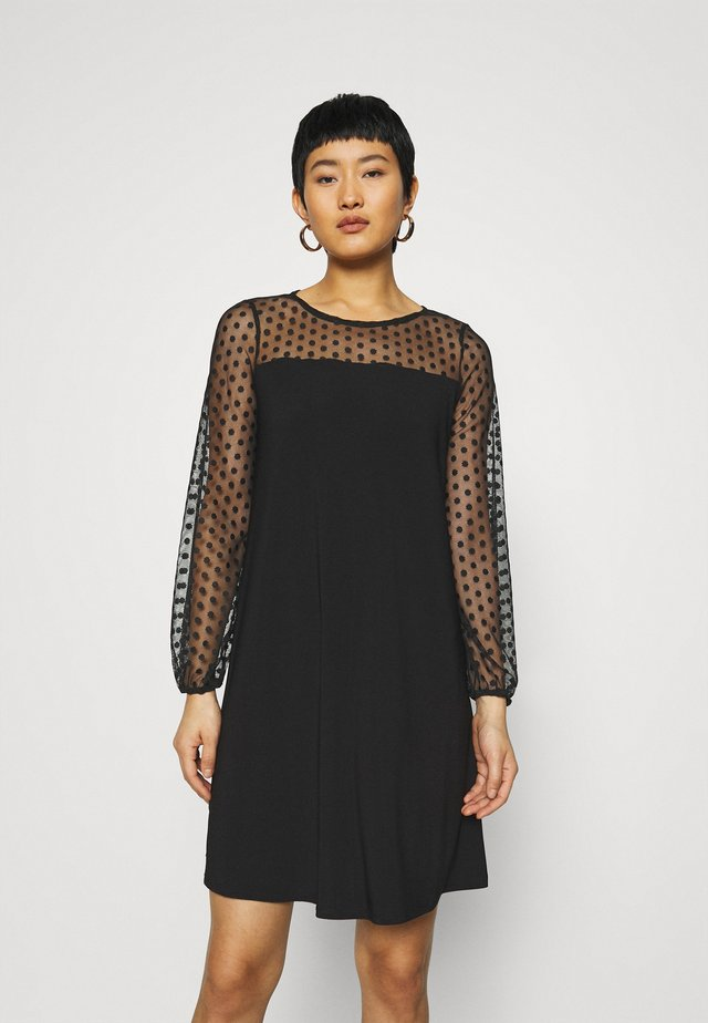 BILLIE LABEL SPOT YOKE SHIFT DRESS - Jerseykjole - black