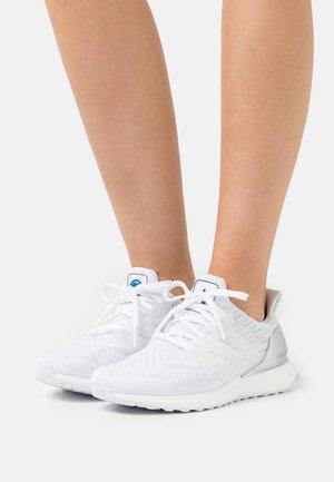 ULTRABOOST DNA - Sneakersy niskie - footwear white/grey one