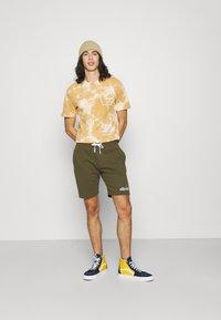 Ellesse - SILVAN - Pantalon de survêtement - khaki - 1