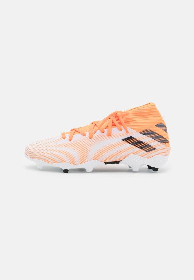 NEMEZIZ 3 FG - Fodboldstøvler m/ faste knobber - footwear white/core black/screaming orange