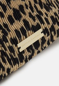 Loeffler Randall - SIBYL PLEATED POUCH WITH CHAIN STRAP - Kabelka - beige - 4