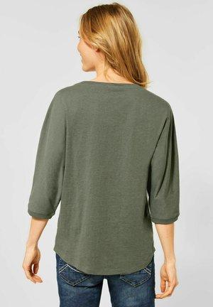 MIT BLUMEN-DESIGN - Blouse - grün