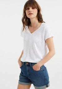 WE Fashion - Basic T-shirt - white - 4