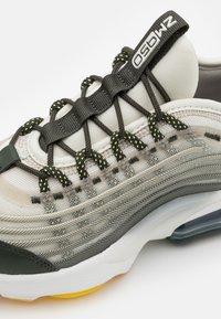 Nike Sportswear - AIR MAX ZM950 UNISEX - Trainers - light bone/citron pulse/stone/sequoia - 5