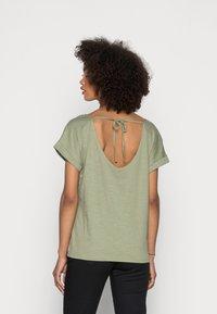 Esprit - STRAPBOW - T-shirts med print - light khaki - 2