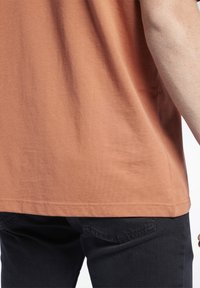 Reebok Classic - VECTOR TEE - T-shirt con stampa - baked earth - 5