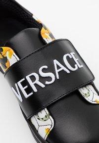 Versace - FASCIA RICAMO  - Baskets basses - black/gold/white - 5