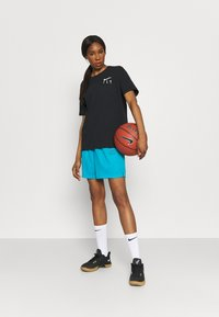 Nike Performance - FLY ESSENTIAL SHORT - Krótkie spodenki sportowe - laser blue/smoke grey - 1