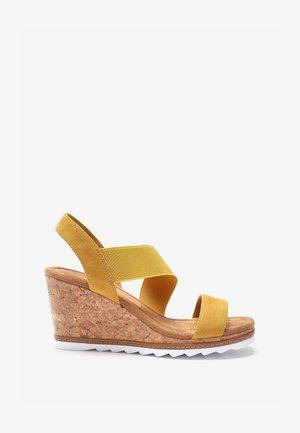 Sandály na klínu - ochre